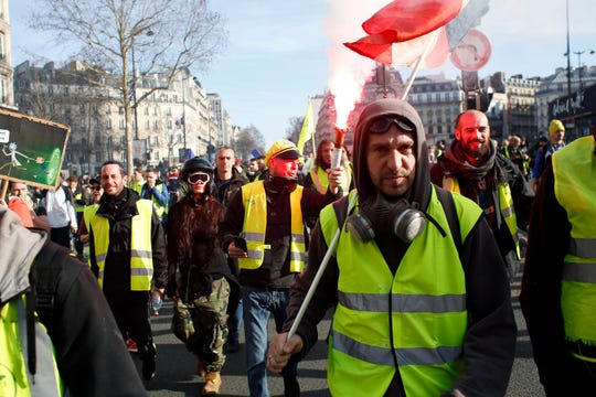 Tear gas, hate speech mark 14th yellow vest protest