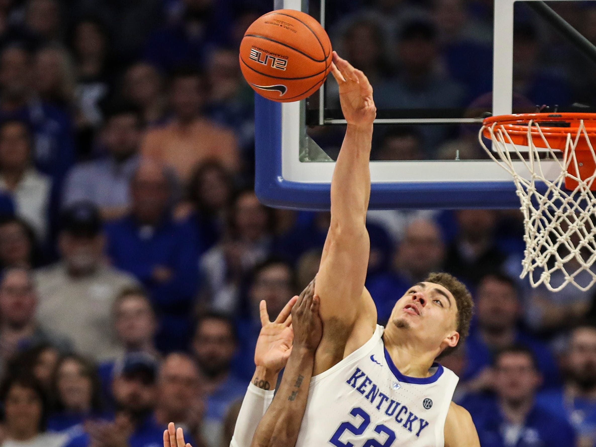 Kentucky's Reid Travis blocks Tennessee's Admiral Schofield's shot in the Wildcats' 86-69 win over the No.1-ranked Volunteers. Feb. 16, 2019