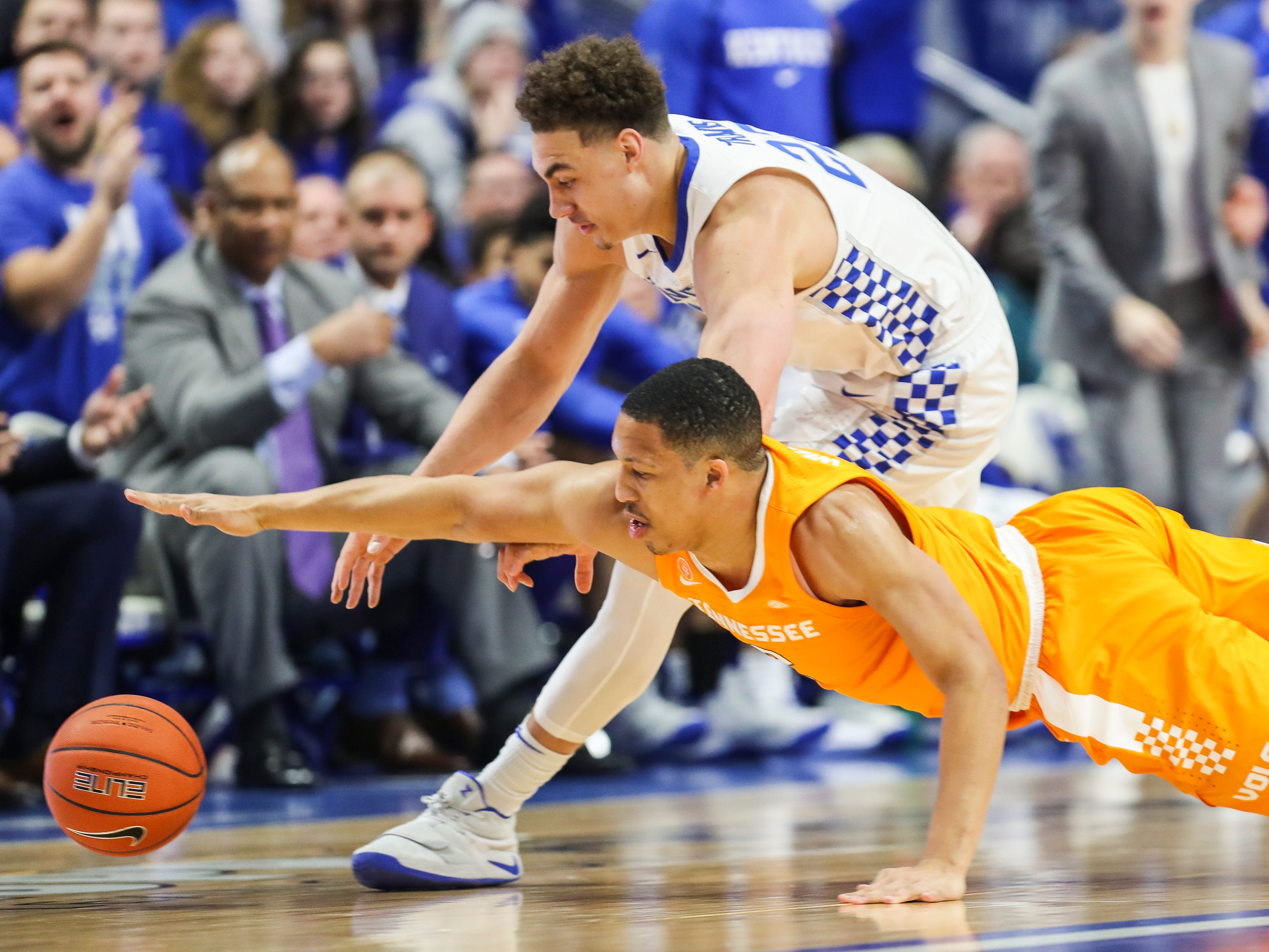 Tennessee's Grant Williams and Kentucky's Reid Travis scramble for a loose ball in the first half. Feb. 16, 2019
