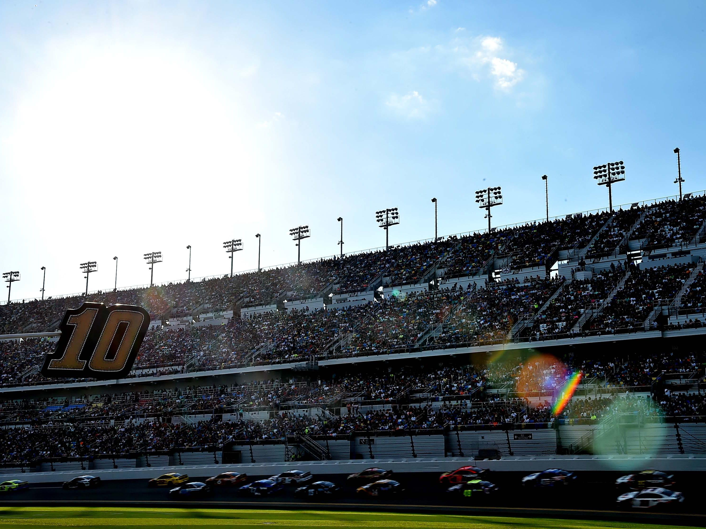 The field goes into the start/finish line during the Daytona 500 at Daytona International Speedway.