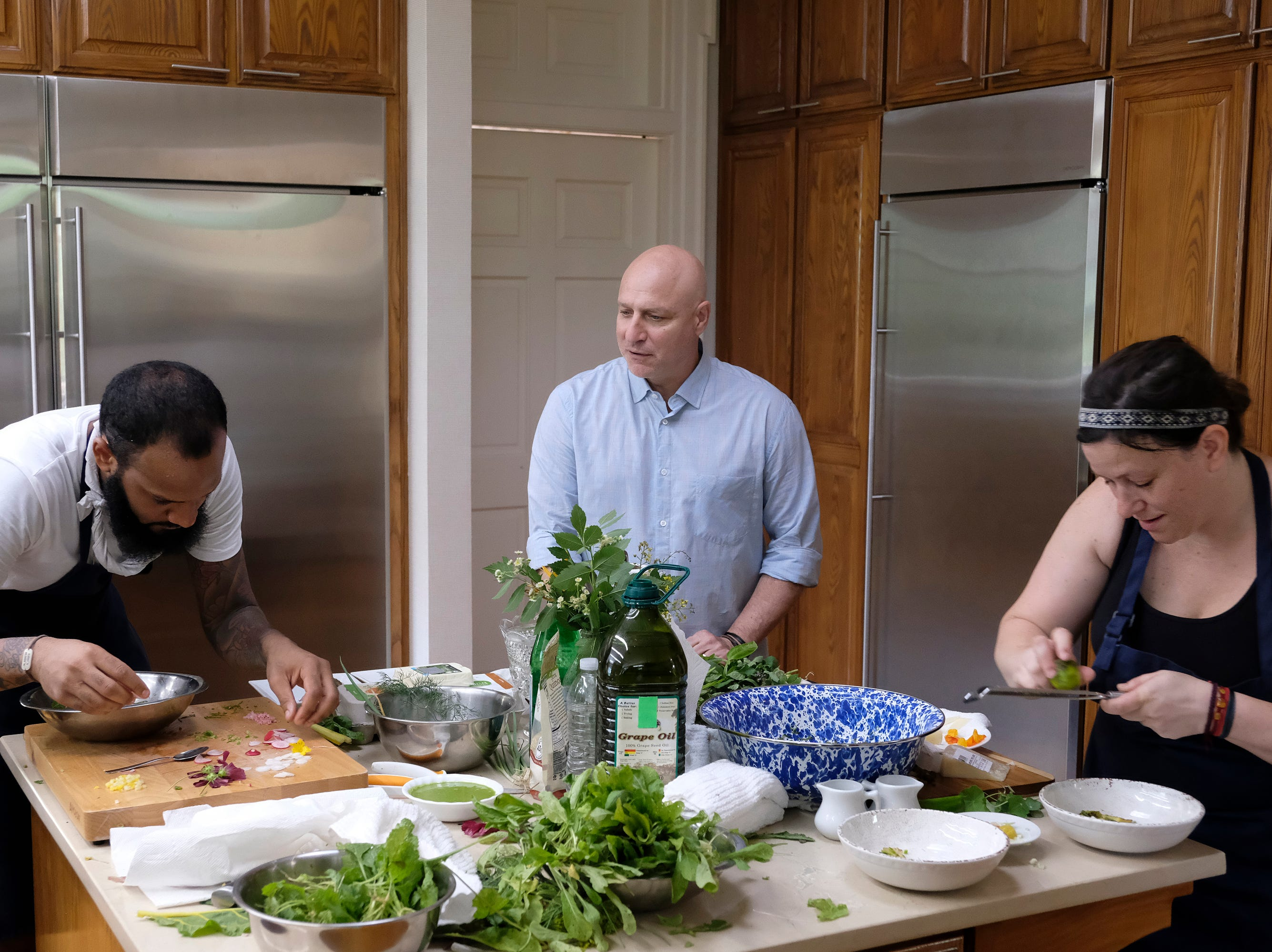 "(From left to right) Contestant Justin Sutherland, Judge Tom Colicchio and contestant Sara Bradley on ""Kentucky Farewell,"" episode 12 of Bravo's 'Top Chef:' Kentucky season."