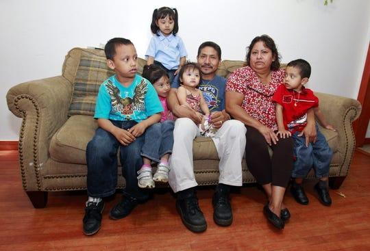 Estos abuelos mexicanos indocumentados luchan en Chicago por la custodia legal de sus cinco nietos pequeños cuya madre murió de cáncer y el padre fue deportado por violencia doméstica.