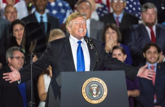 El presidente Donald Trump, habla ante la comunidad venezolano-estadounidense, este lunes en la Universidad Internacional de Florida, en Miami, Florida