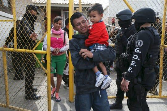 Familias salen de un refugio en la ciudad de Piedras Negras, México.