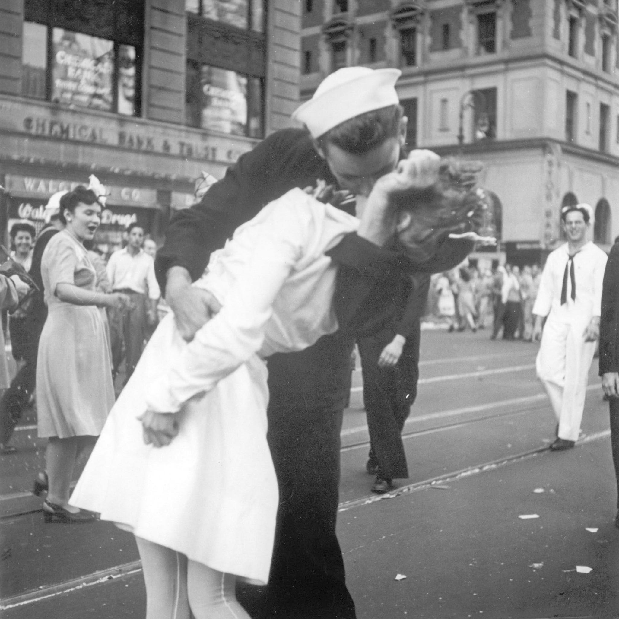 Sailor kissing woman in iconic V-J Day photo at Times Square dies at 95