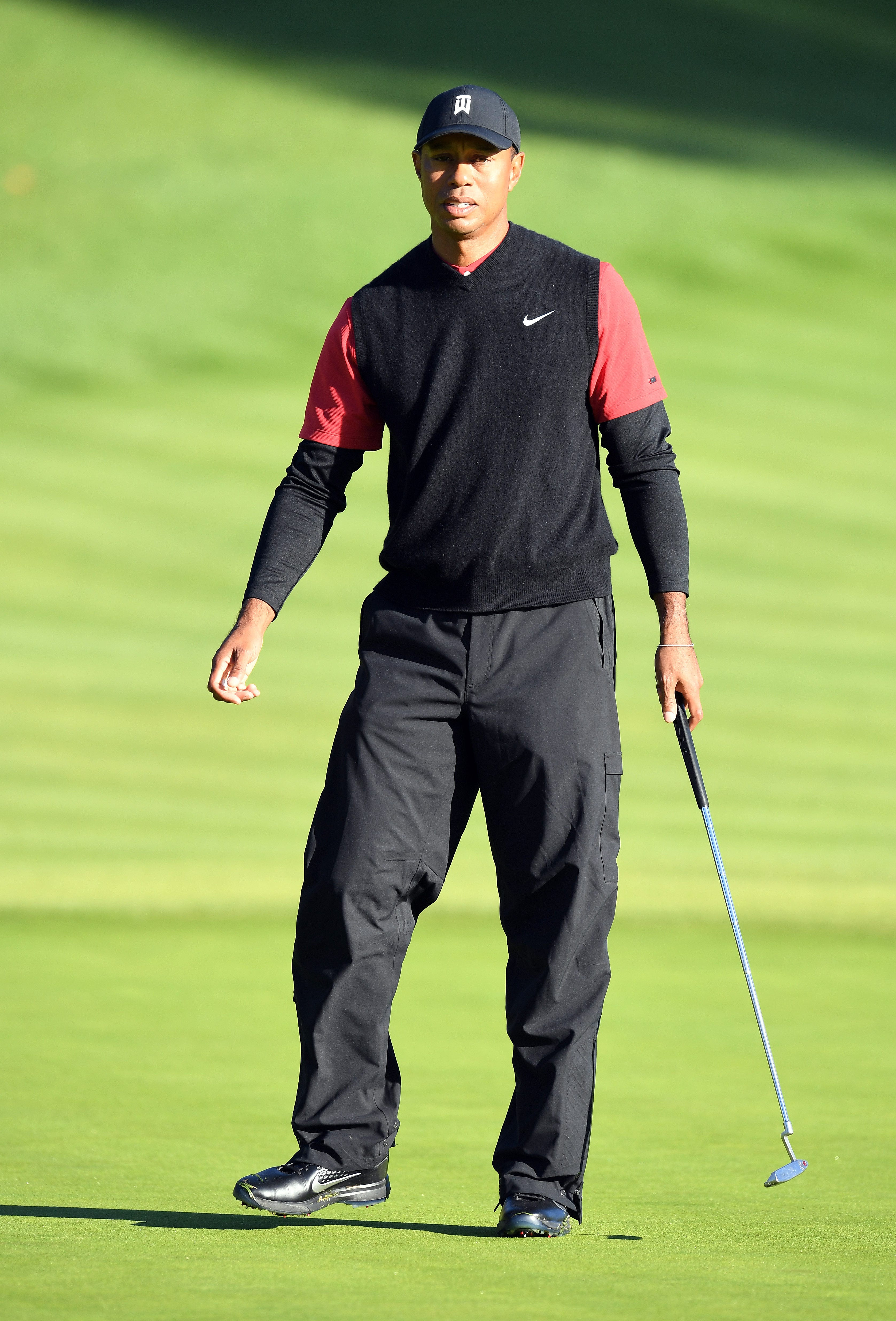 Tiger Woods puts on a show at Riviera before cold temperatures, delays take their toll