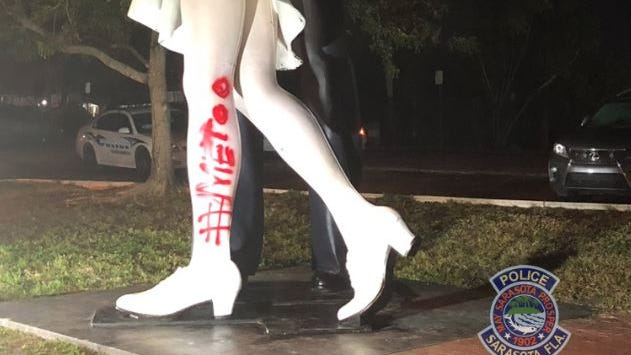 'Kissing sailor' from an iconic photo died. Now a statue of it has been graffitied: '#MeToo' - USA TODAY