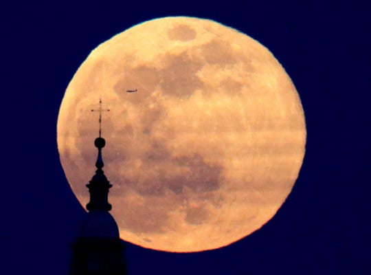 epa07381524 A so-called Supermoon is seen in the sky over the Santiago Cathedral in Santiago de Compostela, Galicia, northern Spain, 19 February 2019. A 'Supermoon' commonly is described as a full moon at its closest distance to the earth with the moon appearing larger and brighter than usual.  EPA-EFE/Lavandeira jr ORG XMIT: GRAF265