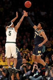 Cassius Winston shoots over Zavier Simpson during the 2018 Big Ten tournament semifinals. Michigan won, with Simpson getting the best of Winston.