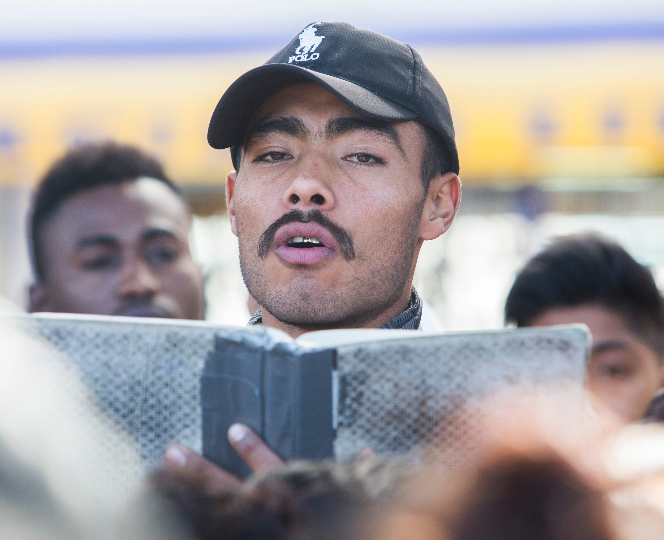 En noviembre de 2018, Yovani, un migrante que viajó desde Michoacán a Tijuana, lee en voz alta los nombres de los solicitantes de asilo que serán entrevistados por funcionarios de Aduanas y Protección Fronteriza de los Estados Unidos ese día.