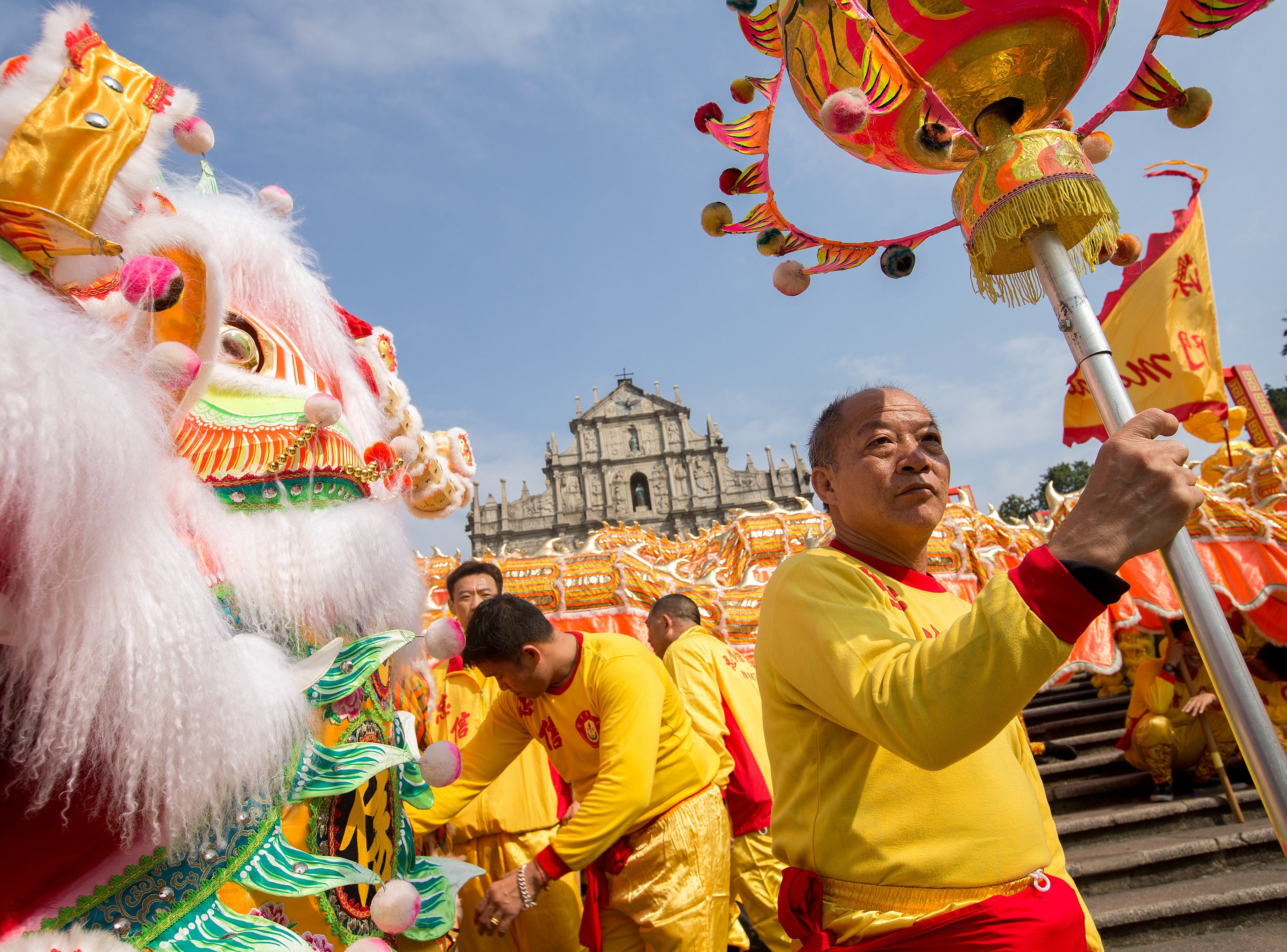 epa06531879 A group of dancers perform 'Liong' or dragon dance during the Chinese Lunar New Year celebrations at a temple in Macao, China, 16 February 2018. The Chinese New Year, the Year of the Dog, begins on 16 February 2018 and ends on 04 February 2019.  EPA-EFE/CARMO CORREIRA ORG XMIT: CC