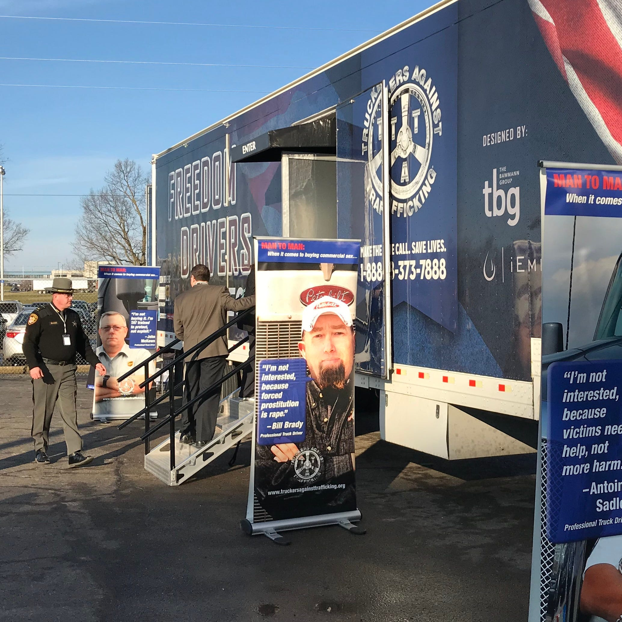 Kenworth donates truck to benefit Truckers Against Trafficking