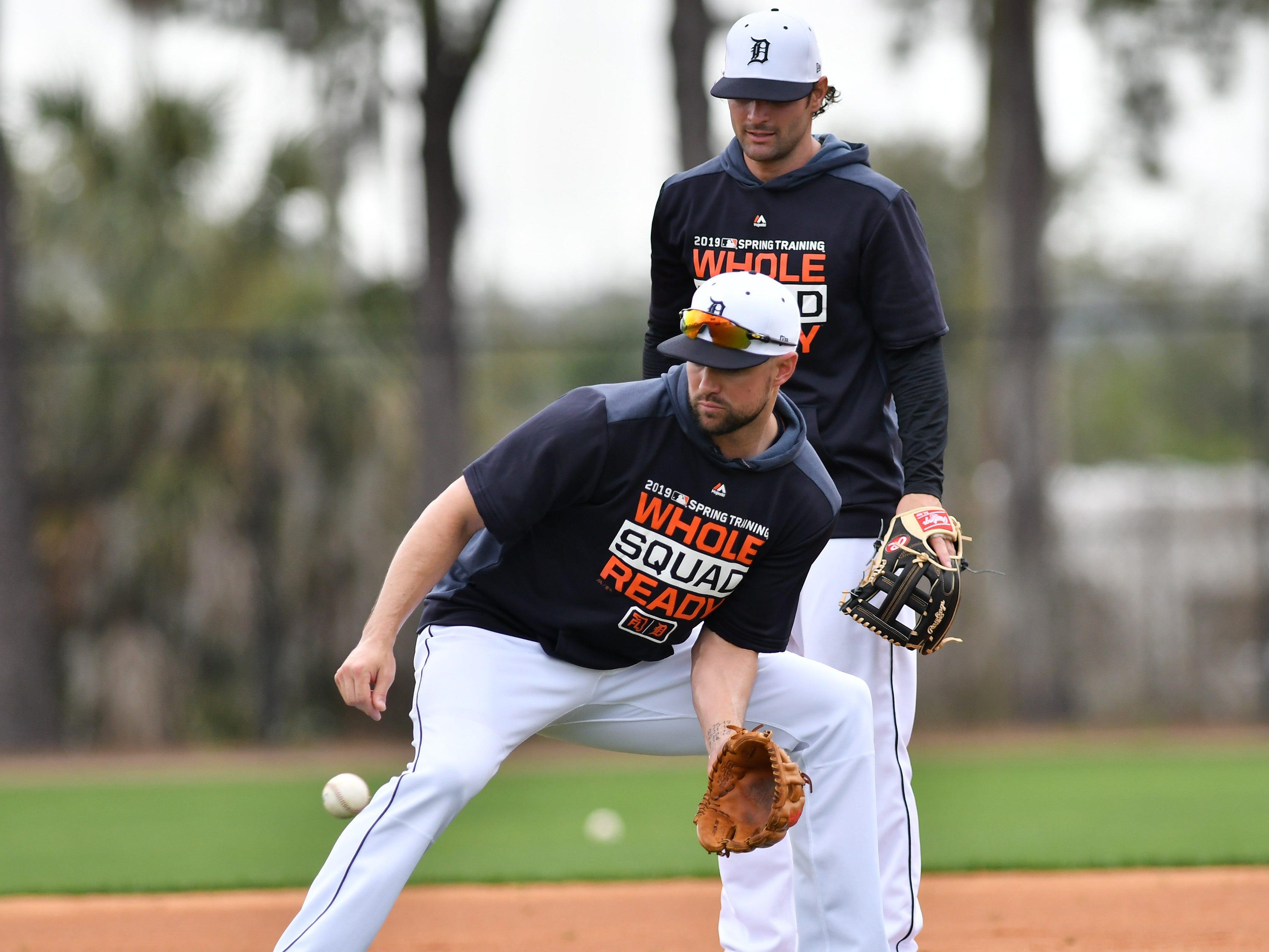 Tigers shortstop Jordy Mercer fields a grounder in front of Pete Kozma.