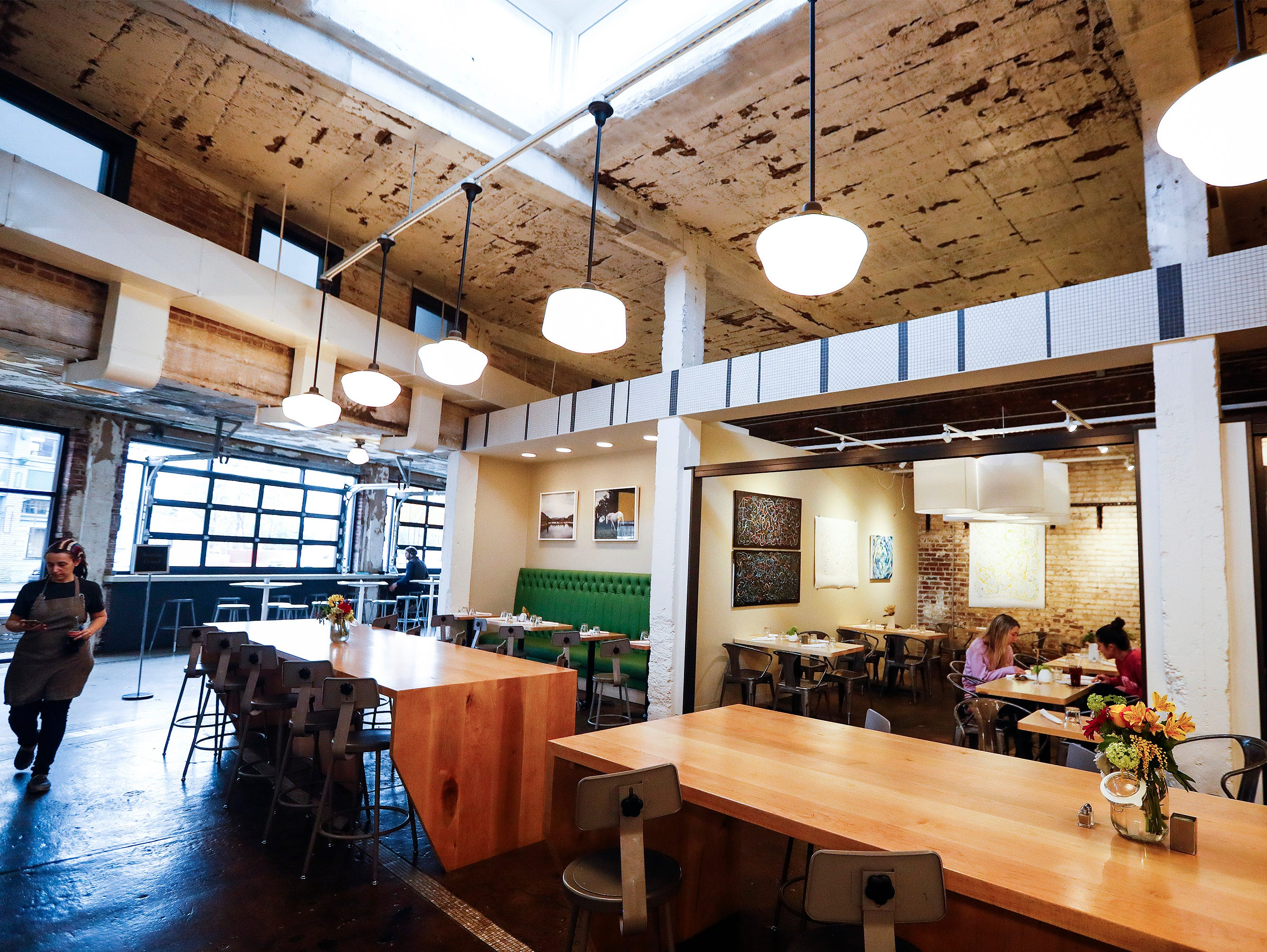 Edge Alley is a concept restaurant that serves breakfast, lunch, dinner in the part coffee shop and art gallery.