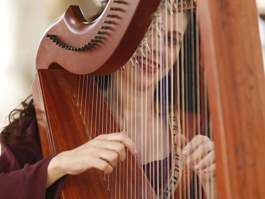 Sarah Marie Mullen toca el arpa durante el Arizona Renaissance Festival 2018 el 17 de febrero de 2018 en Gold Canyon, Arizona.