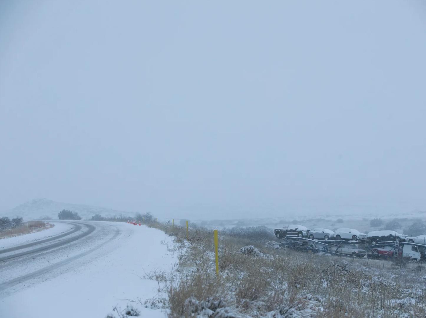 Nevada azota la carretera interestatal 17, cerca de la Ruta Estatal 169 hacia el norte de Phoenix el 21 de febrero del 2019.