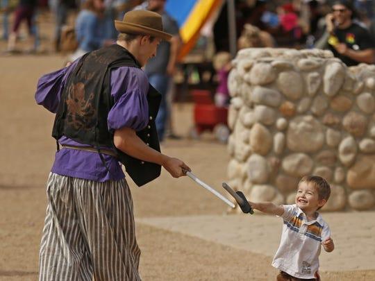 La espada de Jaxx Bambulas (izq) lucha contra Zach Wells en las calles durante el Arizona Renaissance Festival 2018 el 17 de febrero de 2018 en Gold Canyon, Ariz.