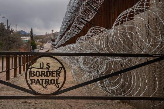 Alambre de púas colocado por militares en la frontera con México.