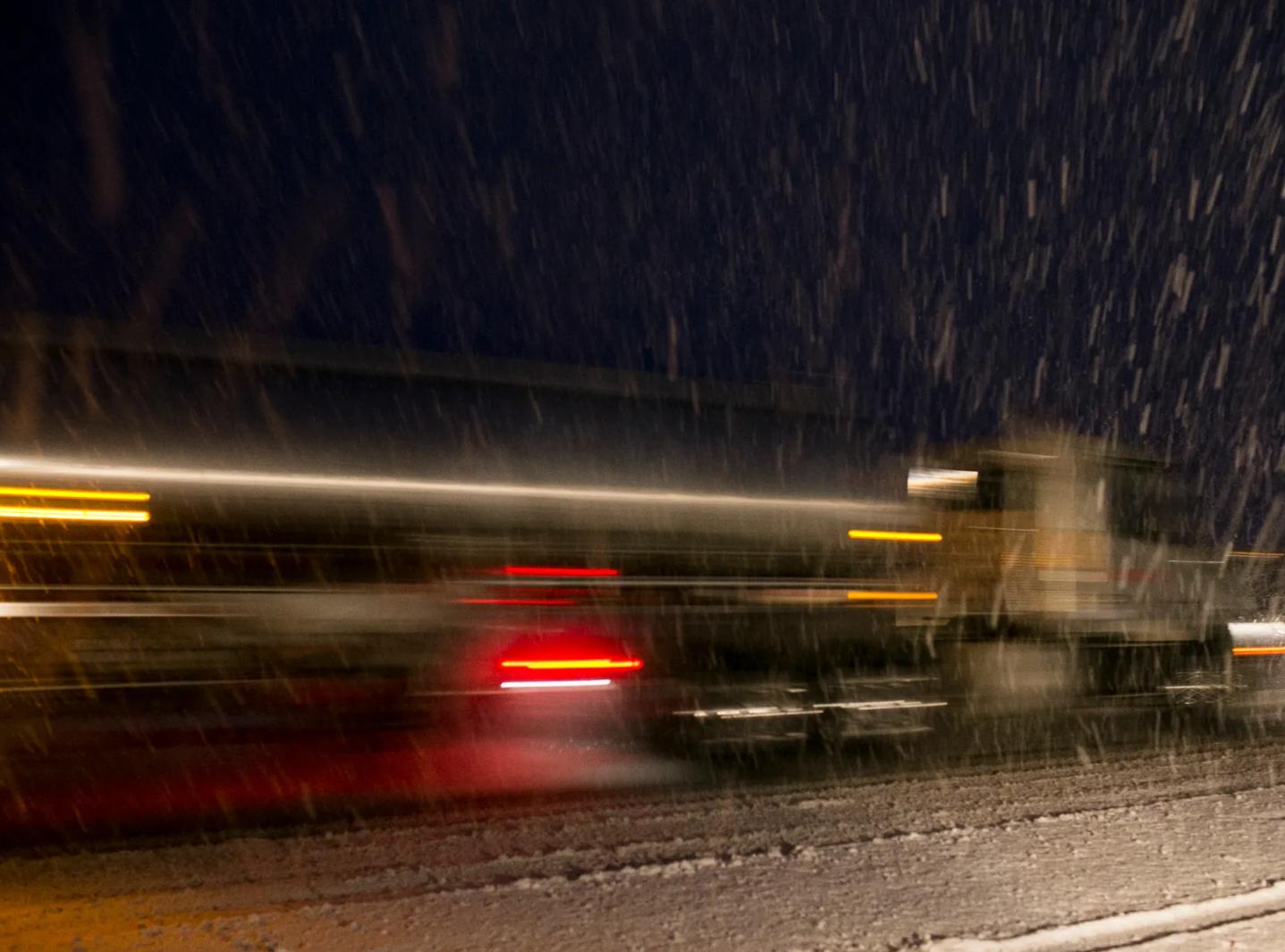 Así luce la carretera interestatal 17 al norte de Arizona, cubierta de nieve.