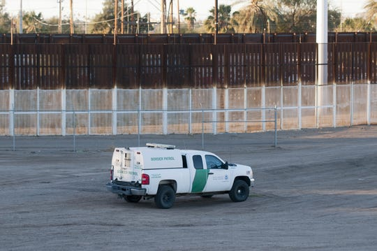 Fotografía del 27 de enero que muestra las tres vallas fronterizas existentes entre Estados Unidos y México en la ciudad de San Luis (Arizona).