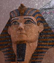 La nieve se ve caer sobre la estatua del faraón en el Hotel Luxor del Strip de Las Vegas.