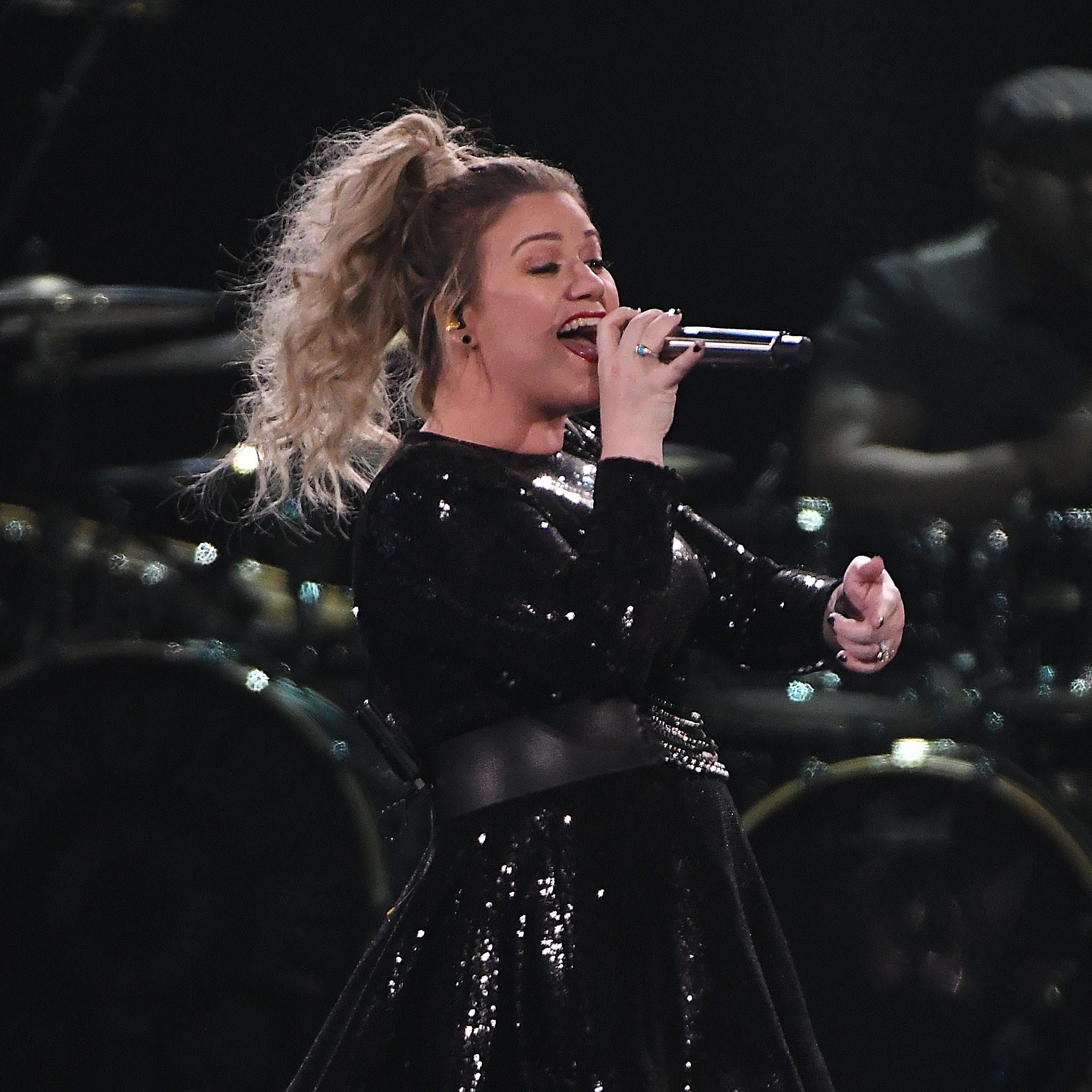 Review: Kelly Clarkson lets personality, vocals shine at Little Caesars Arena