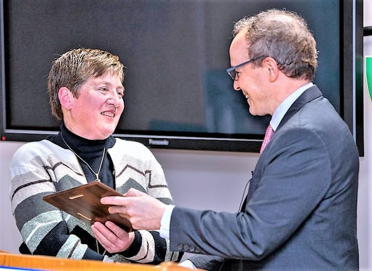 Veterinarian Barbara Mix of Horseheads receives the Cornell New York State Hometown Alumni Award from Joel Malina, vice president for university relations.