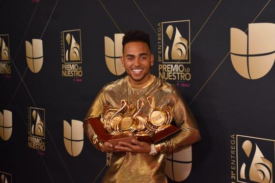 El artista de música urbana Ozuna posa con sus galardones durante los Premios Lo Nuestro.