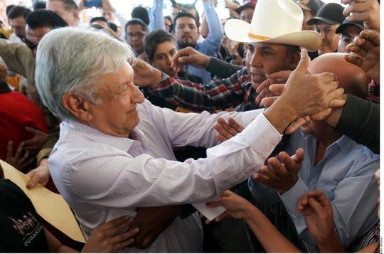 El presidente de México, Andrés Manuel López Obrador, saluda a la gente