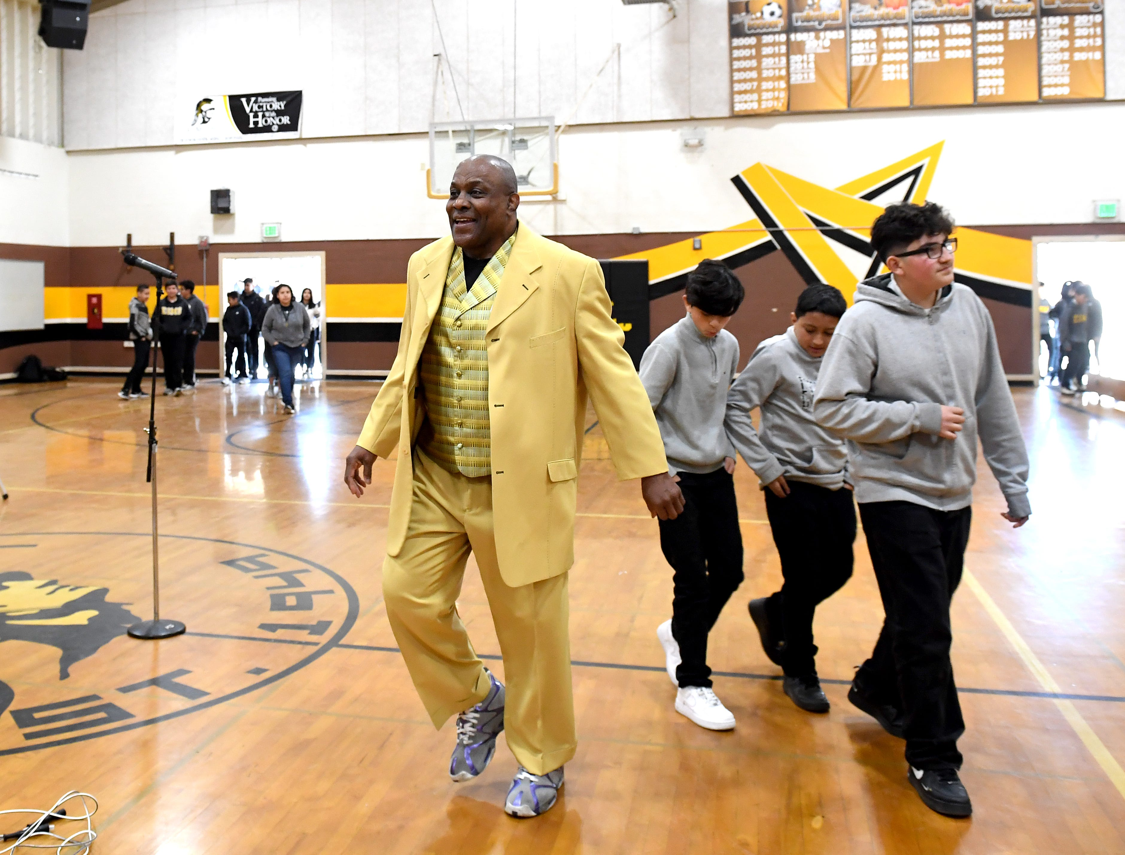 Former Olympian James Thompson visits El Sausal Middle School.