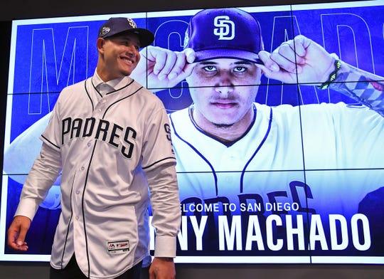 Manny Machado ya se enfundó en su nueva casaca de los Padres.