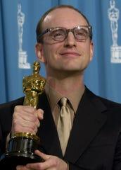 "Director Steven Soderbergh holds his Oscar for best direction for his film ""Traffic,"" filmed in Cincinnati in 2000."