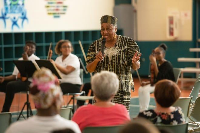 """Le Dr Crystal Bujol, fondatrice et directrice du Gifford Youth Orchestra, prend la parole lors du premier programme américain d'histoire des Noirs avec le Gifford Youth Orchestra au Gifford Community Centre le samedi 23 février 2019 à Gifford. """"Si vous ne connaissez pas votre histoire, qui vous êtes ou d'où vous venez, vous n'avez pas les outils pour avancer,"""" Crystal a dit de célébrer l'histoire des Noirs."""