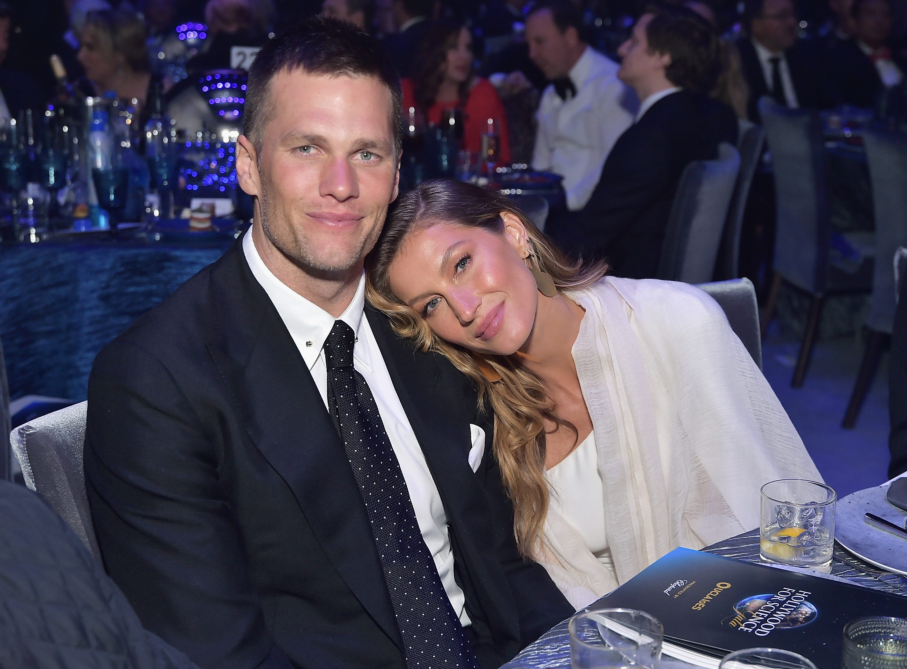 So many glitzy bashes, so little time! Hollywood has been in full swing this Oscars Week.  Friday night, New England Patriot star QB Tom Brady and Gisele Bündchen attended the 2019 Hollywood for Science Gala.