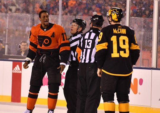 Wayne Simmonds, left, spoke Saturday night knowing the outdoor game against Pittsburgh may have been his last game as a Flyer.