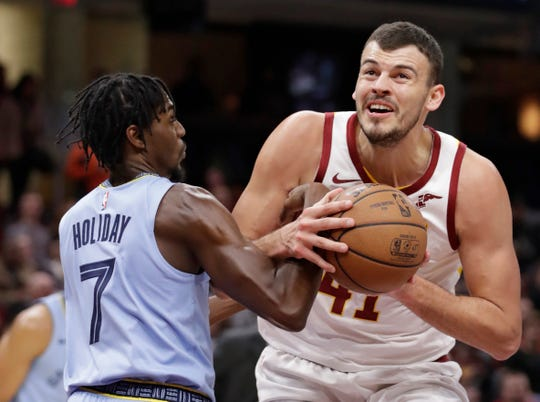 The Cavaliers' Ante Zizic (41) drives to the basket against the Grizzlies' Justin Holiday (7) in the first half Saturday.
