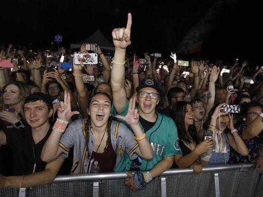 Los fanáticos de EDM aplauden cuando Odesza se presenta en el Festival Park en Wild Horse Pass el viernes 20 de abril de 2018.