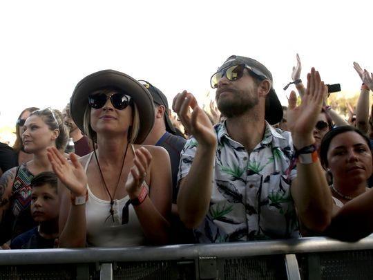 Los fanáticos ven la actuación de Gin Blossoms durante el Innings Festival en Tempe Beach Park el 24 de marzo de 2018 en Tempe, Arizona.