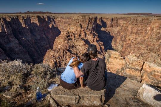 El Gran Cañón, unas de las maravillas naturales del mundo, suele ser muy romántico para las parejas que allí asisten.