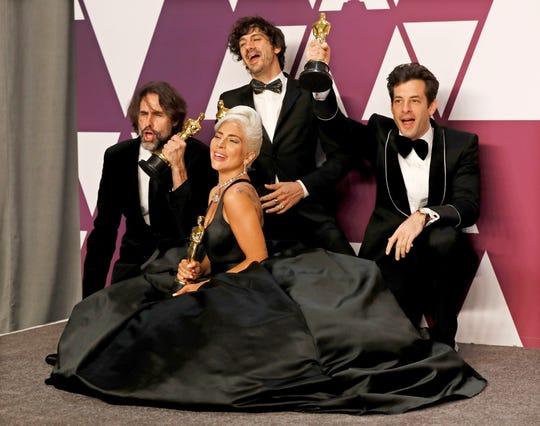 Andrew Wyatt, Anthony Rossomando, Mark Ronson y Lady Gaga celebran con sus galardones.