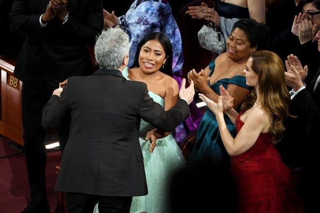 Alfonso Cuarón, Yalitza Aparicio y Marina de Tavira reaccionan al ganar 'Roma' el premio de Mejor Película de Lengua Extranjera en los Premios Oscar 2019 el 24 de febrero de 2019.