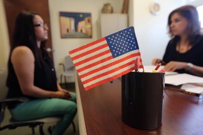 Una mujer es entrevistada en su examen de ciudadanía.