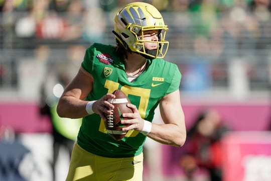 Oregon quarterback Justin Herbert (10) looks to throw the football against Michigan State during the first quarter at Levi's Stadium.