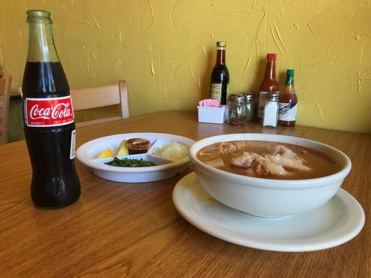 Una orden grande de menudo con manitas de cerdo y una Coca-Cola en Oldtown Fish & Chips en Salinas.