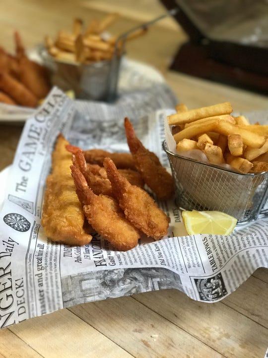 Una orden de pescado y camarones con papas de Oldtown Fish & Chips.