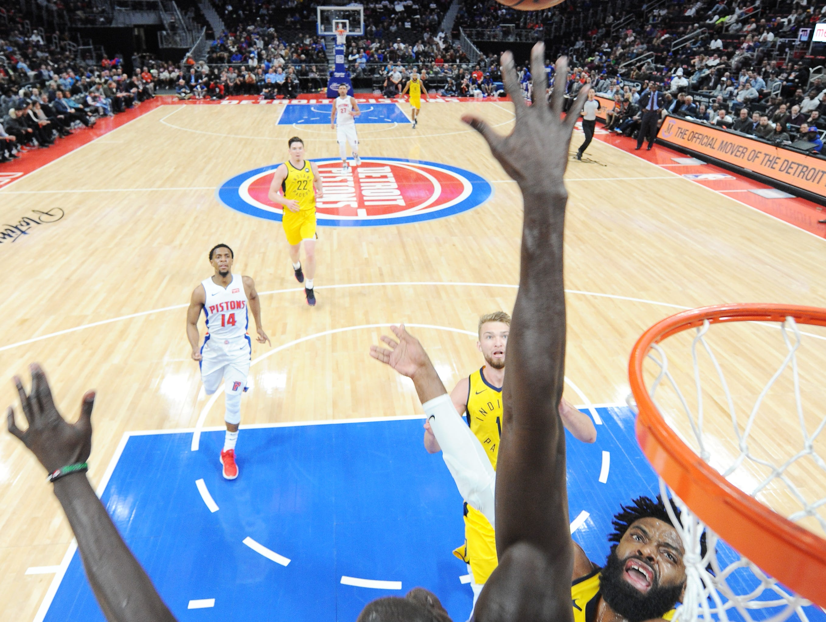 Tyreke Evans shoots over the Pistons' Thon Maker in the third quarter.