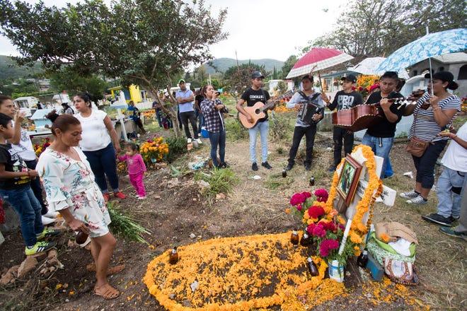 En el cementerio de Chilapa, el Día de muertos —2 de noviembre—, familiares y amigos llevan flores, música y ofrendas a la tumba de un joven que fue abatido por uno de los cárteles locales más peligrosos en esta población del estado mexicano de Guerrero.