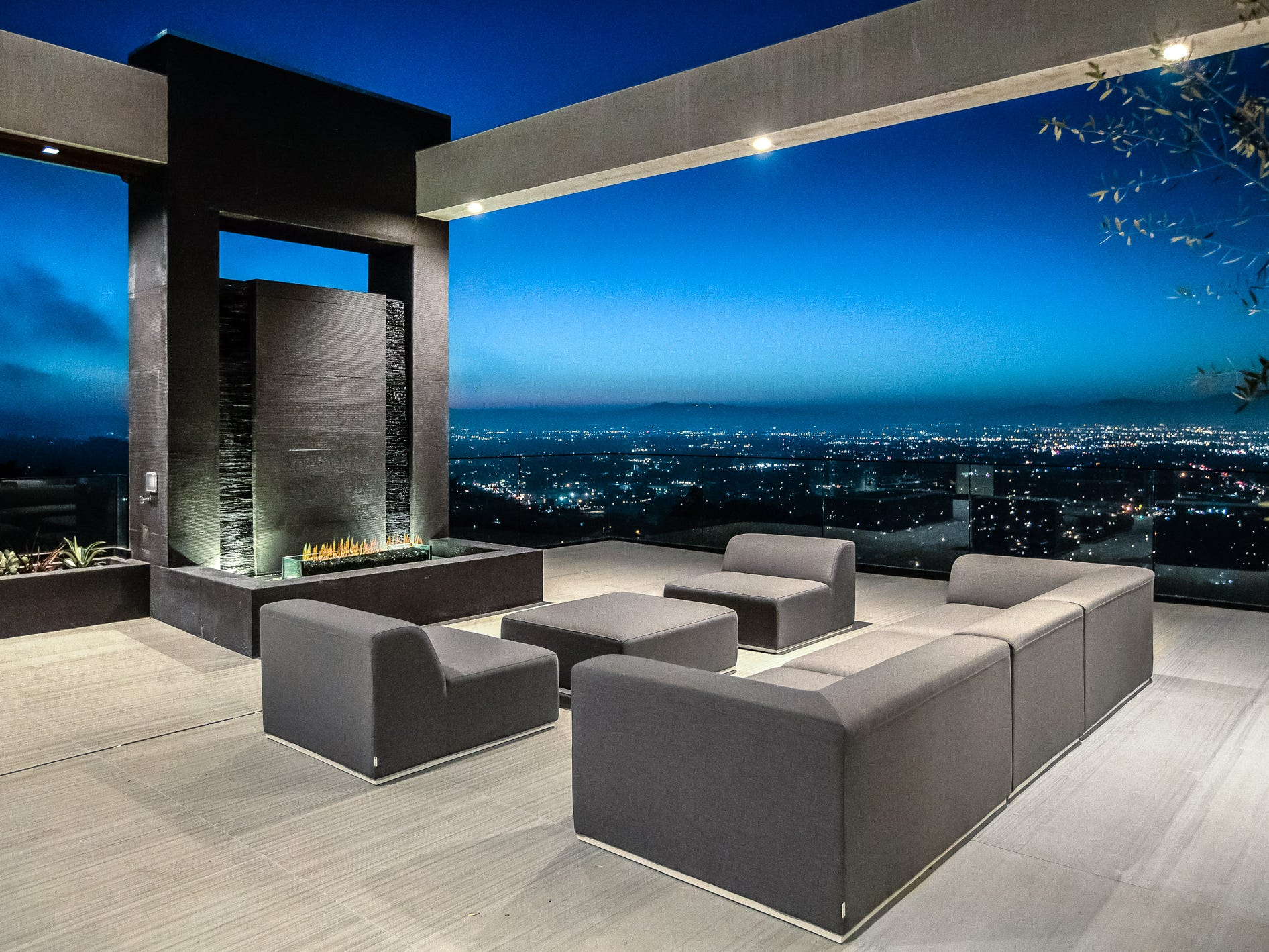 For more information: https://www.luxuryretreats.com/vacation-rentals/united-states/california-los-angeles/hollywood/skybox-villa-122564