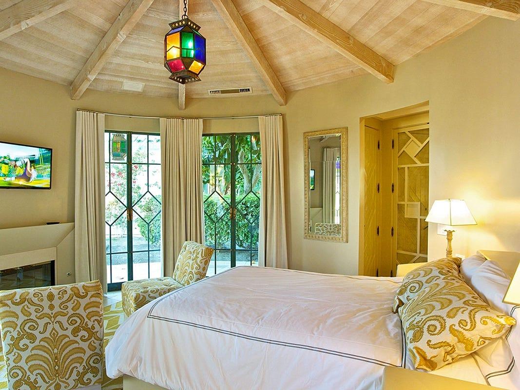 For more information: https://www.luxuryretreats.com/vacation-rentals/united-states/california-desert-cities/la-quinta/the-merv-griffin-estate-114150