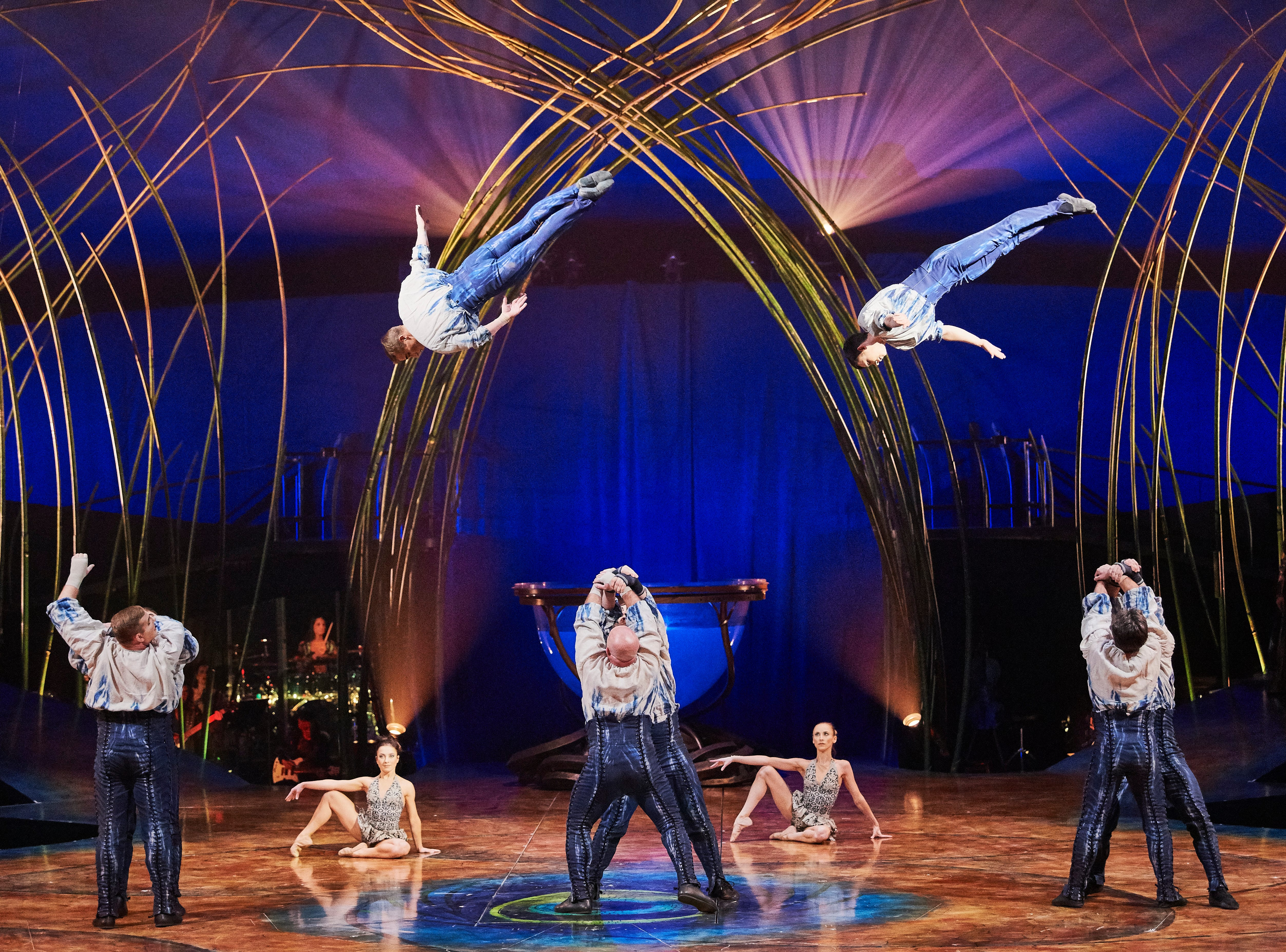 Cast members perform an acrobatic celebration where the porters interlock their arms and hands to create platforms, from which the flyers take-off and perform aerial tricks.